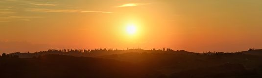 Красивый туманный заход солнца, панорама ландшафта - панорама Иерусалима - в холмах к северо-востоку от ¾ OrmoÅ в северовосточной Стоковые Фото