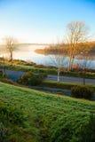 Красивый туман утра осени на реке Co.Cork, Ирландии. Стоковая Фотография