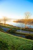 Красивый туман утра осени на реке Co.Cork, Ирландии. Стоковая Фотография RF