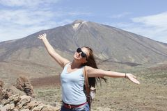 Красивый турист девушки представляет против фона вулкана Teide стоковая фотография
