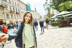 Красивый турист женщины идет к центру старого Львова стоковое фото rf