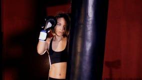 Красивый уверенно атлетический бокс женщины Концепция прочности женщины сток-видео