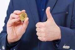 Красивый уверенно бизнесмен держа монетку bitcoin золота Селективный фокус белизна успеха дела изолированная принципиальной схемо Стоковое фото RF