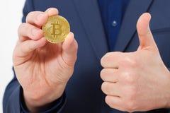 Красивый уверенно бизнесмен держа монетку bitcoin золота Селективный фокус белизна успеха дела изолированная принципиальной схемо Стоковые Изображения RF