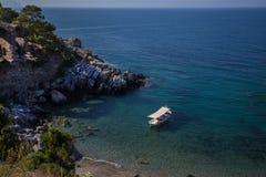 Красивый уединённый залив с рыбацкой лодкой Стоковое фото RF