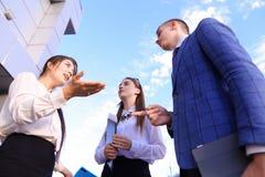 Красивый умный молодой бизнесмен 3 говоря, трясущ руки, Стоковое Изображение