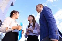 Красивый умный молодой бизнесмен 3 говоря, трясущ руки, Стоковые Изображения RF