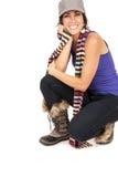 Красивый усмехаться брюнет заискиванный вниз на коленях нося ботинки Стоковые Изображения RF