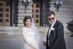 Красивый усмехаться жениха и невеста внешний стоковые фото