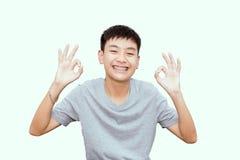 Красивый усмехаться красивого мальчика с зубами связывает зубоврачебное Стоковые Фотографии RF