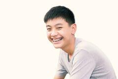 Красивый усмехаться красивого мальчика с зубами связывает зубоврачебное Стоковая Фотография RF
