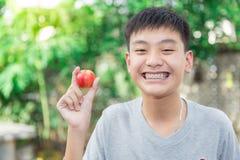 Красивый усмехаться красивого мальчика с зубами связывает зубоврачебное Стоковые Изображения RF
