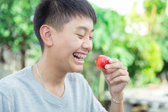Красивый усмехаться красивого мальчика с зубами связывает зубоврачебное держа яблоко Стоковое Изображение