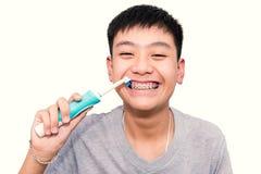 Красивый усмехаться красивого мальчика creaning его зубы связывает зубоврачебное Стоковая Фотография RF