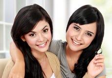 Красивый усмехаться подруги Стоковая Фотография RF