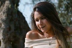 Красивый усмехаясь девочка-подросток, против зеленого цвета лета стоковая фотография rf