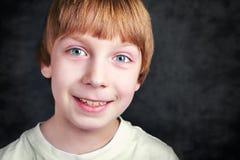 Красивый усмехаясь мальчик в фронте Стоковое Изображение RF
