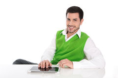 Красивый усмехаясь менеджер на столе при цифровая изолированная таблетка. стоковые фото