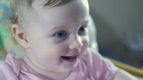 Красивый усмехаясь милый младенец да видеоматериал