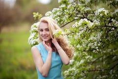 Красивый усмехаясь портрет женщины outdoors, счастливая улица лета девушки, довольно женская улыбка на камере внешней Стоковое Фото