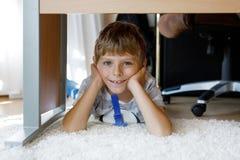 Красивый усмехаясь портрет мальчика под таблицей школы Счастливый ребенк смотря камеру Прелестный ребенок с белокурым стоковые фото