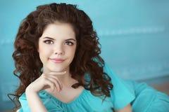 Красивый усмехаясь предназначенный для подростков портрет девушки, брюнет с здоровой скручиваемостью Стоковые Фото