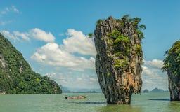 Красивый утес в море Andaman Таиланде стоковые фотографии rf
