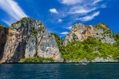 Красивый утес на острове Phi Phi стоковое изображение rf