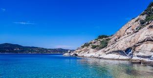 Красивый утес на пляже Стоковые Изображения RF