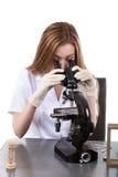 Красивый ученый женщины в лаборатории выполняет различную деятельность Стоковая Фотография RF