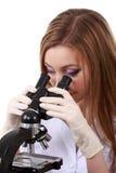 Красивый ученый женщины в лаборатории выполняет различную деятельность Стоковые Фото