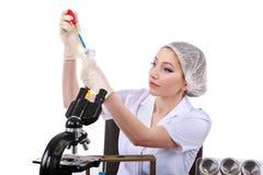 Красивый ученый женщины в лаборатории выполняет различную деятельность Стоковые Изображения RF