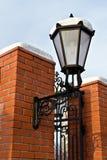 Красивый уличный фонарь на стене красно-кирпича Стоковое Фото