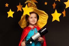 Красивый фантазер предаваться через телескоп стоковая фотография rf