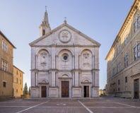 Красивый фасад собора предположения, Duomo Pienza, без людей, Сиена, Тоскана, Италия стоковая фотография