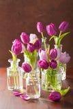 Красивый фиолетовый тюльпан цветет букет в вазах Стоковое Изображение RF