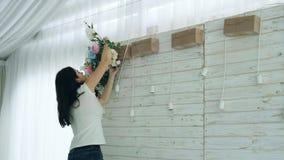 Красивый флорист создавая расположение букета весны красочное акции видеоматериалы