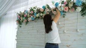 Красивый флорист создавая расположение букета весны красочное сток-видео