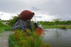 Красивый фонтан сформированный как керамический опарник в парке Hulhumale, Мальдивы стоковые фотографии rf