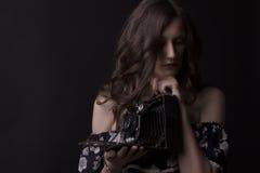 Красивый фотограф женщины с ретро камерой Стоковое фото RF