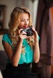 Красивый фотограф молодой женщины фотографируя Стоковое Изображение RF