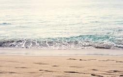 Красивый фотоснимок специфического сезона лета Спокойные волны пляжа/берега Цвета богатые синь/морской пехотинец/океан бирюзы Сим стоковое фото rf