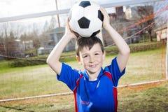 Красивый футбол мальчика подростка Стоковое фото RF