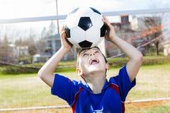Красивый футбол мальчика подростка Стоковое Изображение