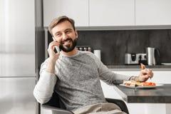 Красивый холостяк 30s при борода имея передвижной переговор, whi стоковая фотография rf