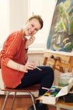 Красивый художник женщины рисуя ее изображение Стоковые Изображения RF