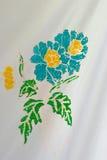Красивый цветок handmade на ткани батика Стоковое Изображение