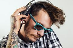 Красивый человек битника с солнечными очками слушая к музыке Стоковые Изображения RF
