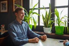 Красивый человек брюнет усмехаясь в кафе Стоковая Фотография RF