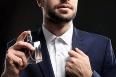 Красивый человек в официально костюме и с бутылкой стоковые фотографии rf